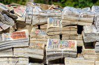 Bündel von alten Zeitungen