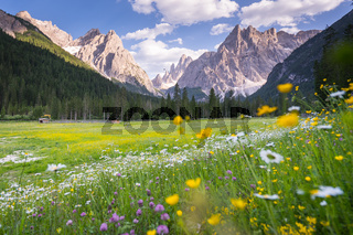 Wandern im Fischleintal in Südtirol mit Blick auf die Berge