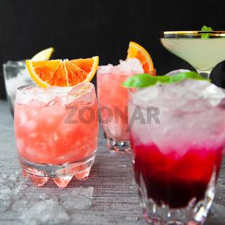 Verschiedene bunte Cocktails