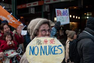 Kyoto, Japan, Eine Frau demonstriert gegen Atomwaffen