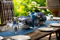 Tischdekoration auf Terrassentisch