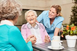 Senior Frauen lachen und haben Spaß