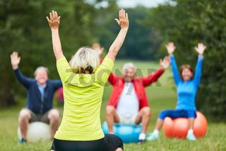 Senioren machen zusammen Rückentraining