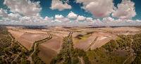 Luftaufnahme einer Landschaft in Spanien / Andalusien bei schönem Wetter