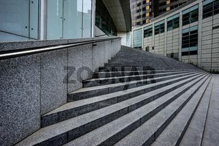 Treppe vor einem bankhochhaus in Frankfurt