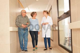 Senioren Paar als Besucher im Pflegeheim