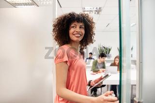 Fröhliche afrikanische Business Frau als Praktikantin