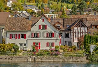 Gebäude am Rheinufer Flurlingen, Kanton Zuerich, Schweiz