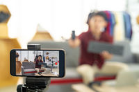 Vlogger live review IT product