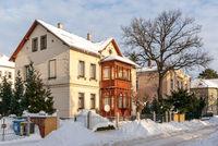Winterlich verschneite Straße und Stadtvilla, Dresden, Sachsen, Deutschland
