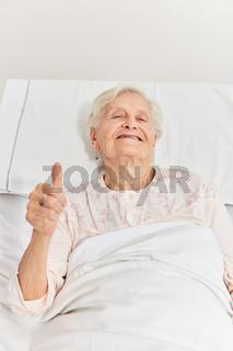 Patientin hält einen Daumen nach  oben