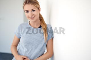 Hübsche blonde Frau schaut in die Kamera