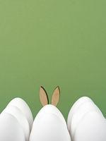 Ostern Hintergrund weiße Ostereier und Osterhase auf grün