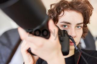 Selbständige Fotografin mit digitaler Kamera