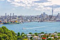 Blick von Devonport auf den Hafen von Auckland mit dem Skytower auf der Nordinsel von Neuseeland