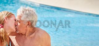Senioren Paar beim Küssen im Hotel Pool