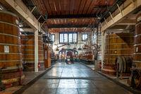 Destillieranlagen und Fässer für die Reifung der Spirituosen des Palais Bénédictine