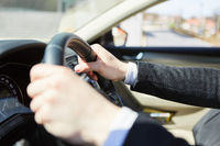 Hände vom Autofahrer am Lenkrad