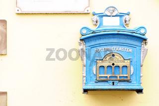 Nostalgischer Briefkasten an der Hauswand