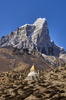 Pagode vor dem Berg Taboche in Nepal
