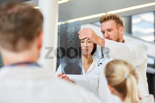 Ärzte in einem Workshop für Röntgendiagnostik