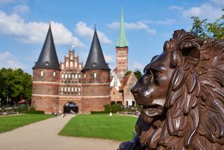 Löwenstatue vor dem Holstentor, Lübeck, Deutschland