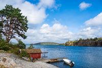 Gebäude und Bootssteg in Slussen in Schweden