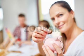 Frau mit Sparschwein als Symbol für Finanzierung