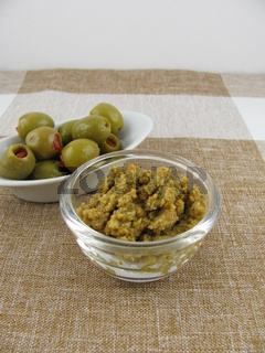 Selbstgemachte Olivenpaste aus grünen Oliven