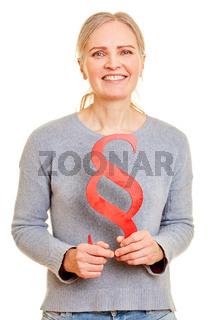 Seniorin hält roten Paragraph als Justiz Symbol