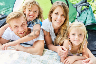 Glückliche Familie mit zwei Kindern beim Zelten