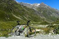 Mountainbike in alpiner Landschaft, Val de Bagnes, Wallis, Schweiz
