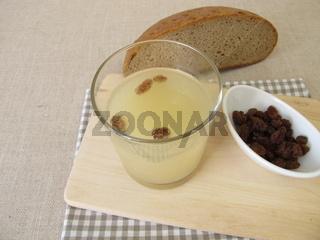 Kwas, selbst gemachtes Brotbier aus altem Brot