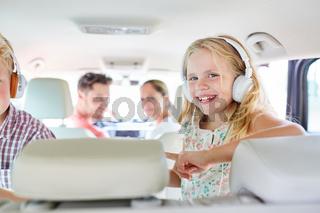 Geschwister Kinder auf der Rückbank im Auto