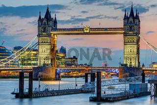 Die berühmte angestrahlte Tower Bridge