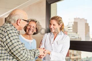 Senioren bedanken sich bei Ärztin mit Handschlag