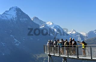 Touristen auf der Aussichtsplattform vor der Eiger Nordwand, Grindelwald, Schweiz