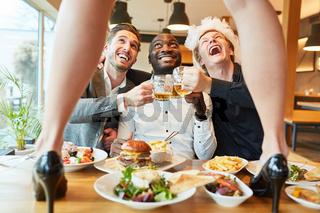 Männer feiern auf einer Striptease Dinner Party