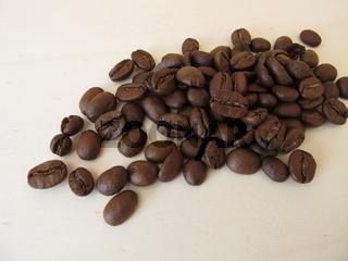 Geröstete Bio Arabica Kaffee Kaffeebohnen auf einem Holzbrett