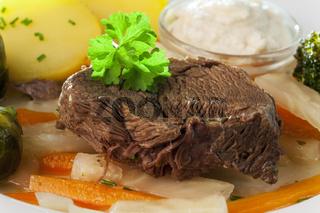 Tafelspitz-Fleisch auf einem Teller mit Gemüse
