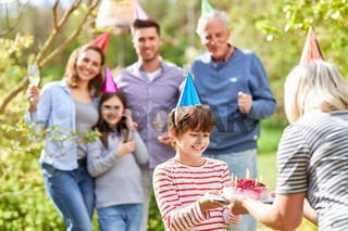 Oma gratuliert Enkel zum Geburtstag mit Torte