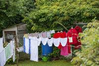Wäsche hängt in einem Garten