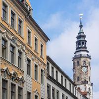 Historische Gebäude in der Altstadt von Görlitz mit Rathaus im Hintergrund, Sachsen, Deutschland
