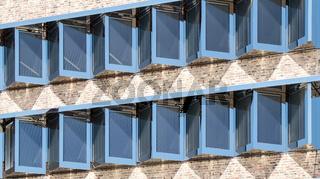 Ulm, Fenster  des Sparkassen Gebäudes