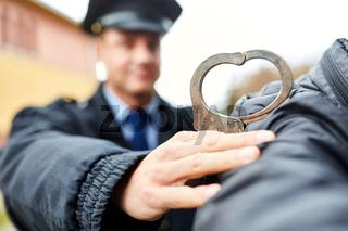 Polizist mit Handschellen und Verbrecher