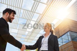 Zwei Geschäftsleute beim Hände schütteln