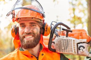 Lächelnder Mann als zufriedener Holzfäller