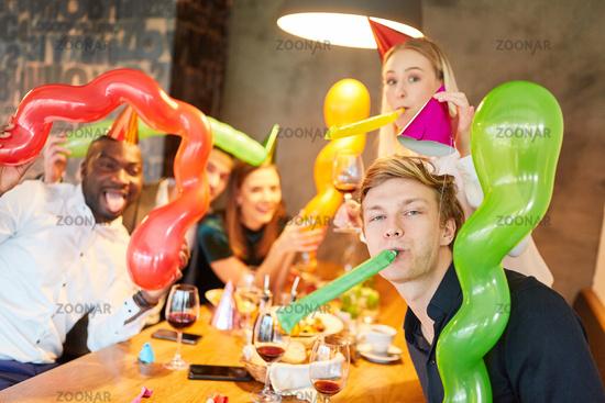 Freunde feiern ausgelassen eine Party im Karneval