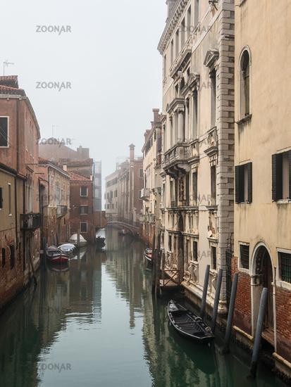 Historische Gebäude und Kanal in der Altstadt von Venedig, Italien