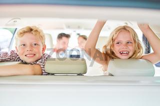 Zwei Kinder auf Rücksitz im Auto